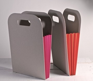 Cardboard bag with coloured side pleat