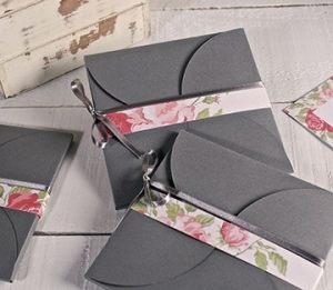 Card envelope with flower-shaped closure