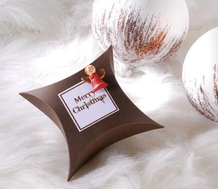 Scatola regalo natalizia con angioletto