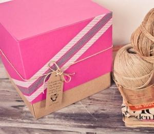 Caja regalo rosa con cordón kraft