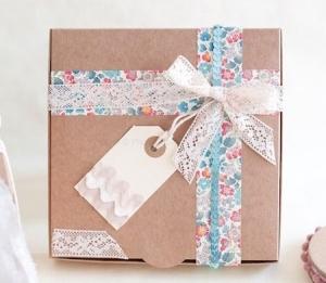 Graziosa scatola regalo con fiocco e nastro floreale