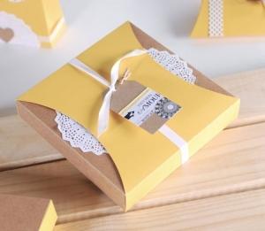 Scatola regalo con fascia e merletto