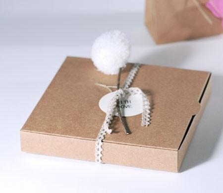 Schachtel mit Pompon für Hochzeitseinladungen