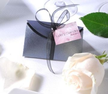 Caja plateada para detalles de boda