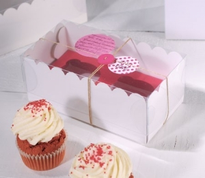 Box for 2 cupcakes decorated with buttons