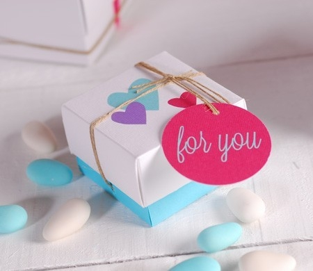 Little gift box with heart pattern - SelfPackaging