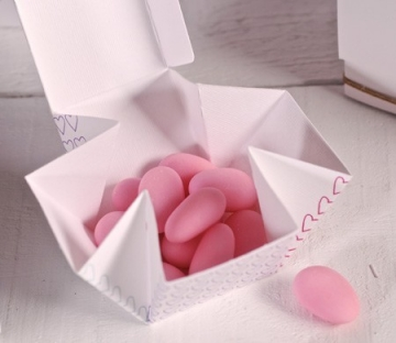 Caja cuadrada impresa con corazones