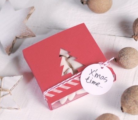 Caja regalo con árbol para Navidad