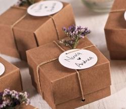 Kleine Schachtel in Kraftpapierfarbe für kleine Hochzeitsgeschenke