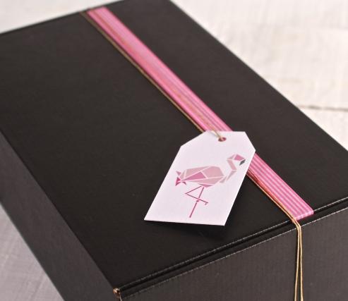 Scatola decorata in rosa e bianco con il flamenco