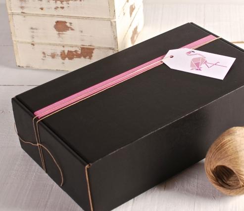 Caja decorada en rosa y blanco con flamenco