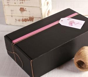 Schachtel, dekoriert in Rosa und Weiß, mit Flamingo-Etikett