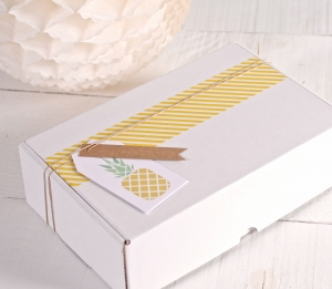 "Caja tropical con etiqueta ""Piña"" y washi tape amarillo"