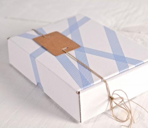 Caja blanca decorada con washi tape de cuadrados azules