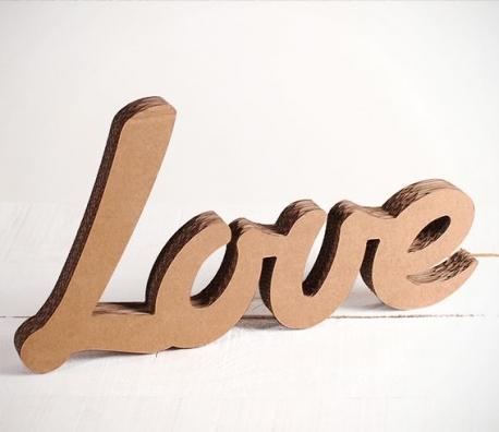 Love in Buchstaben aus Karton