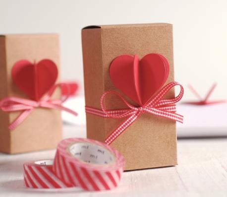 Caja alargada con corazón 3D y cinta
