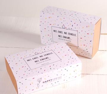 Schachtel mit dekorierter Ummantelung