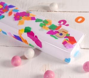 Längliche Partyschachtel mit Konfetti dekoriert