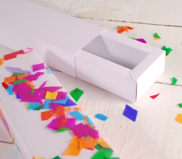 Elongated party box with confetti