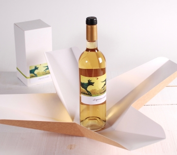 Wine box with folder decoration