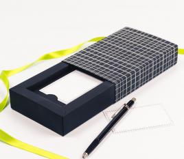 Caja con faja para tarjetas con decoración lineal