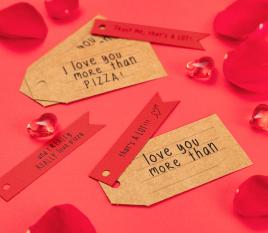 Etiketten in rot und kraft mit Botschaften