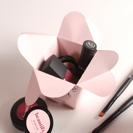 Make-up box with flower closure
