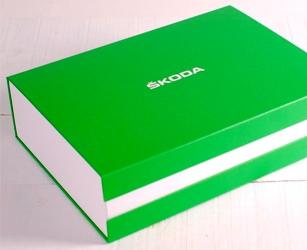 Willkommenspaket für die Auslieferung des Fahrzeugs. Maßgefertigte Schachtel mit personifizierten Abmessungen, Materialien und Aufdruck