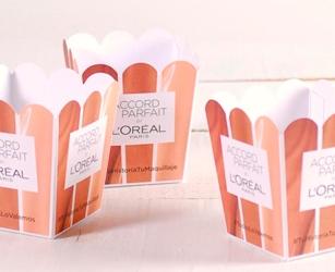 Geschenkpaket für die Influencers-Kampagne. Kundenspezifischer Kartonschachtel mit Gadgets der Marke.